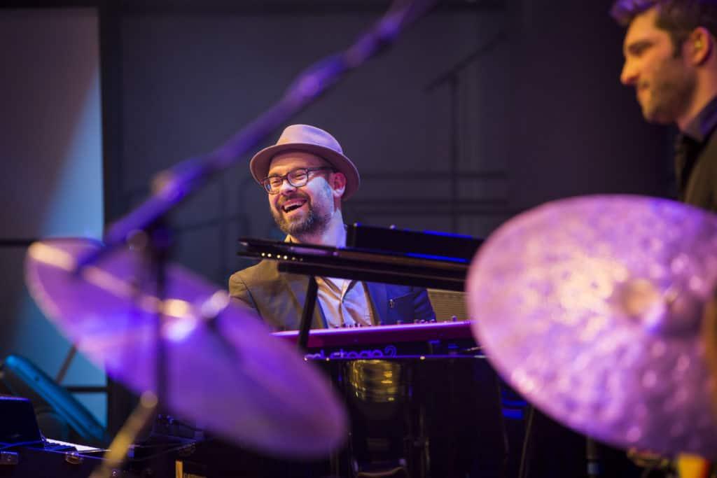 Fotoaufnahmen während des Jazzfest Bonn 2018, hier: Ed Motta am 27.04.2018 im Telekom Forum Bonn