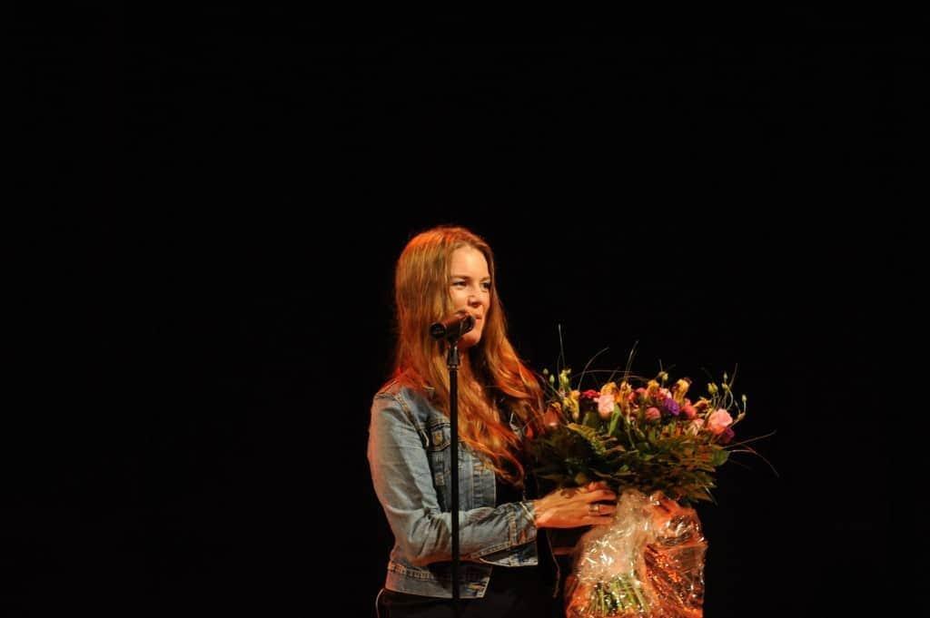 Rebekka Bakken mit Blumen